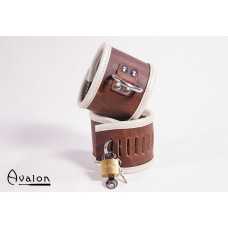 Avalon - Cuffs i brunt lær med hengelås